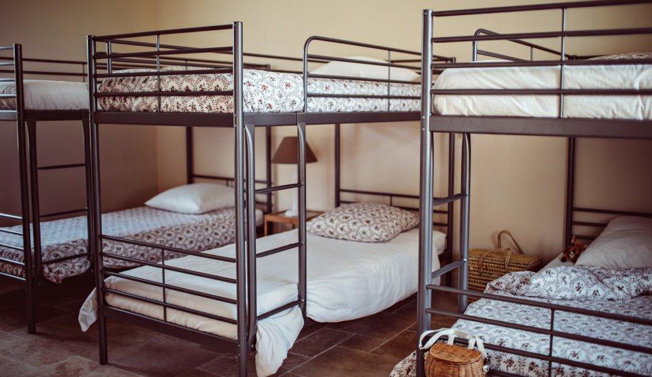 Le dortoir avec lits superposés