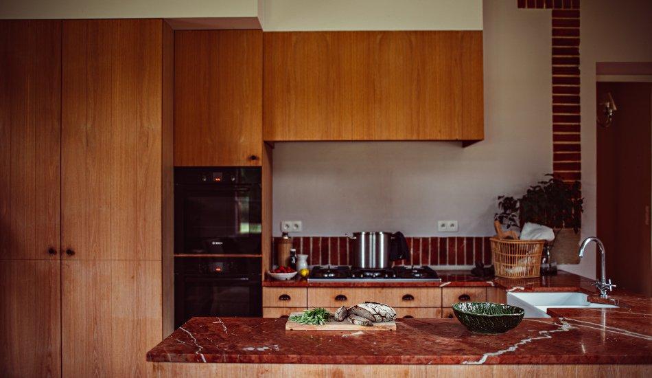 Grande cuisine équipée avec beaux plans de travail