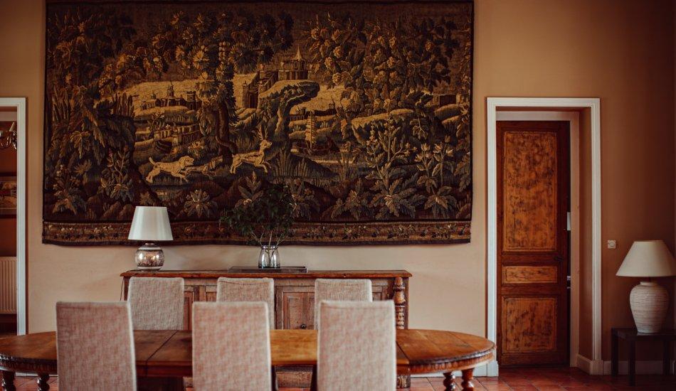 Table à manger et tapisserie