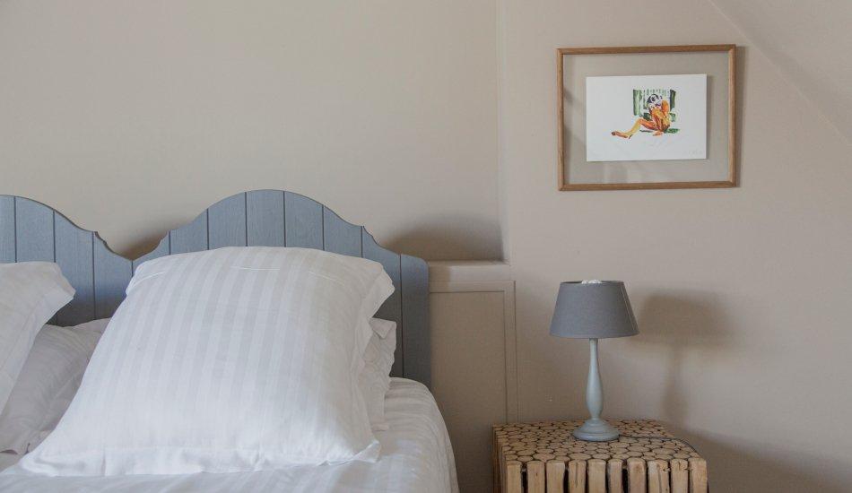 Chambre avec table de chevet