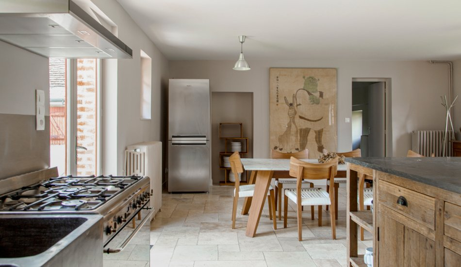 les équipements de la cuisine : frigo et cuisinière