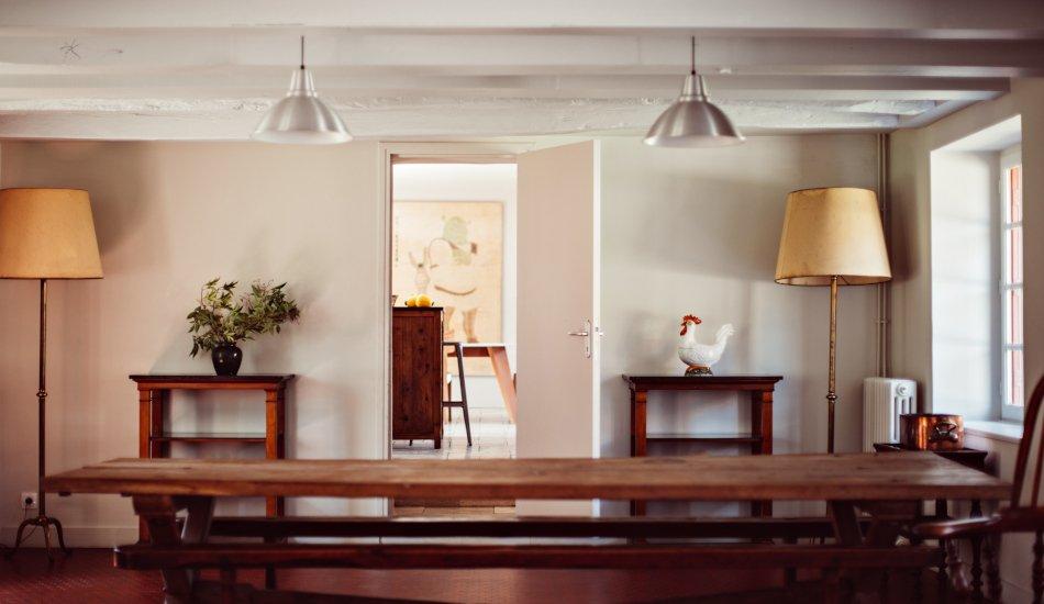 Grande table du salon en bois