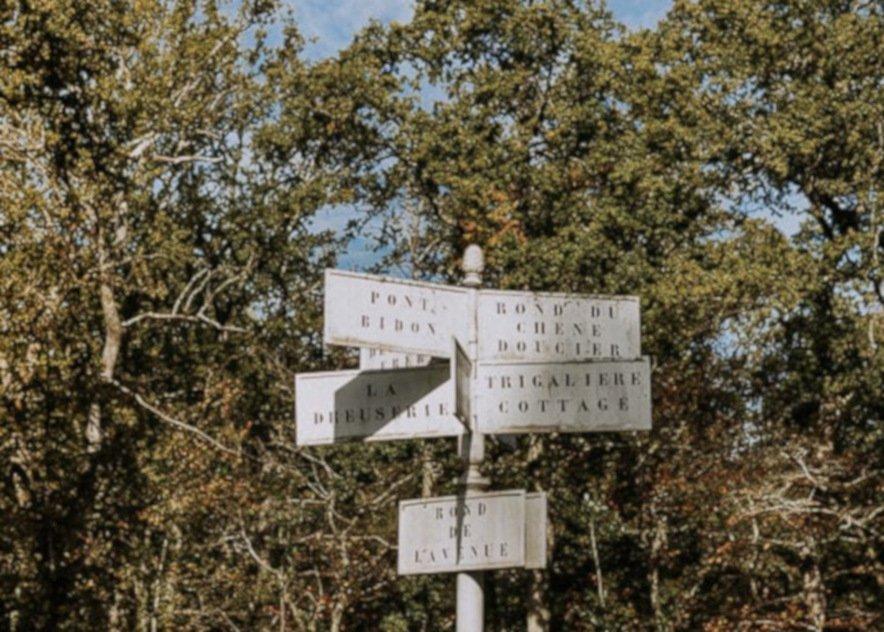 Panneau indications au Domaine