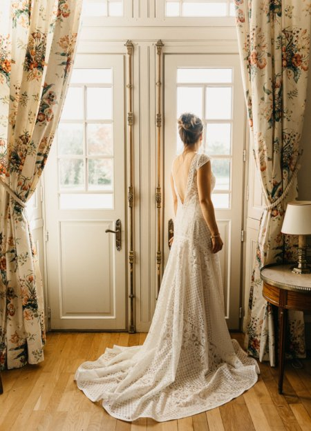 Mariée en robe dans la chambre des mariés